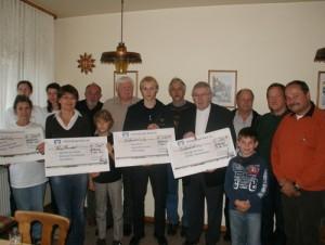 Das Foto zeigt: Kassierer Dietmar Rauer (Vierter von rechts), Vorsitzender Bernd Lischper (rechts) und Dieter Weil (Fünfter von links) übergaben die Schecks an die Vertreter der Vereine. (Foto: jow)